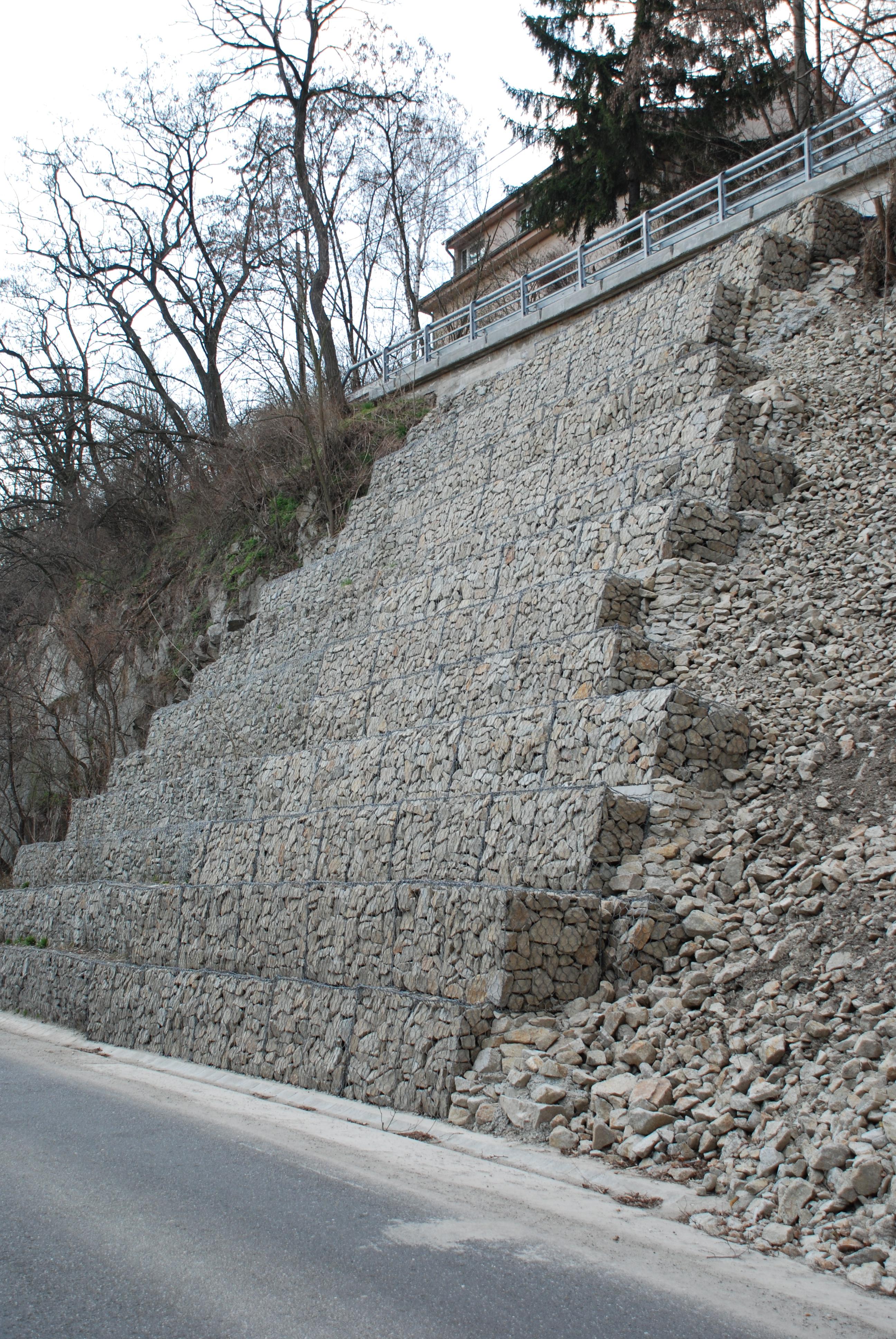 Bratislava Devínska cesta - stabilizovaný zosuv (14 m vysoký zárubný múr tesne po dokončení)