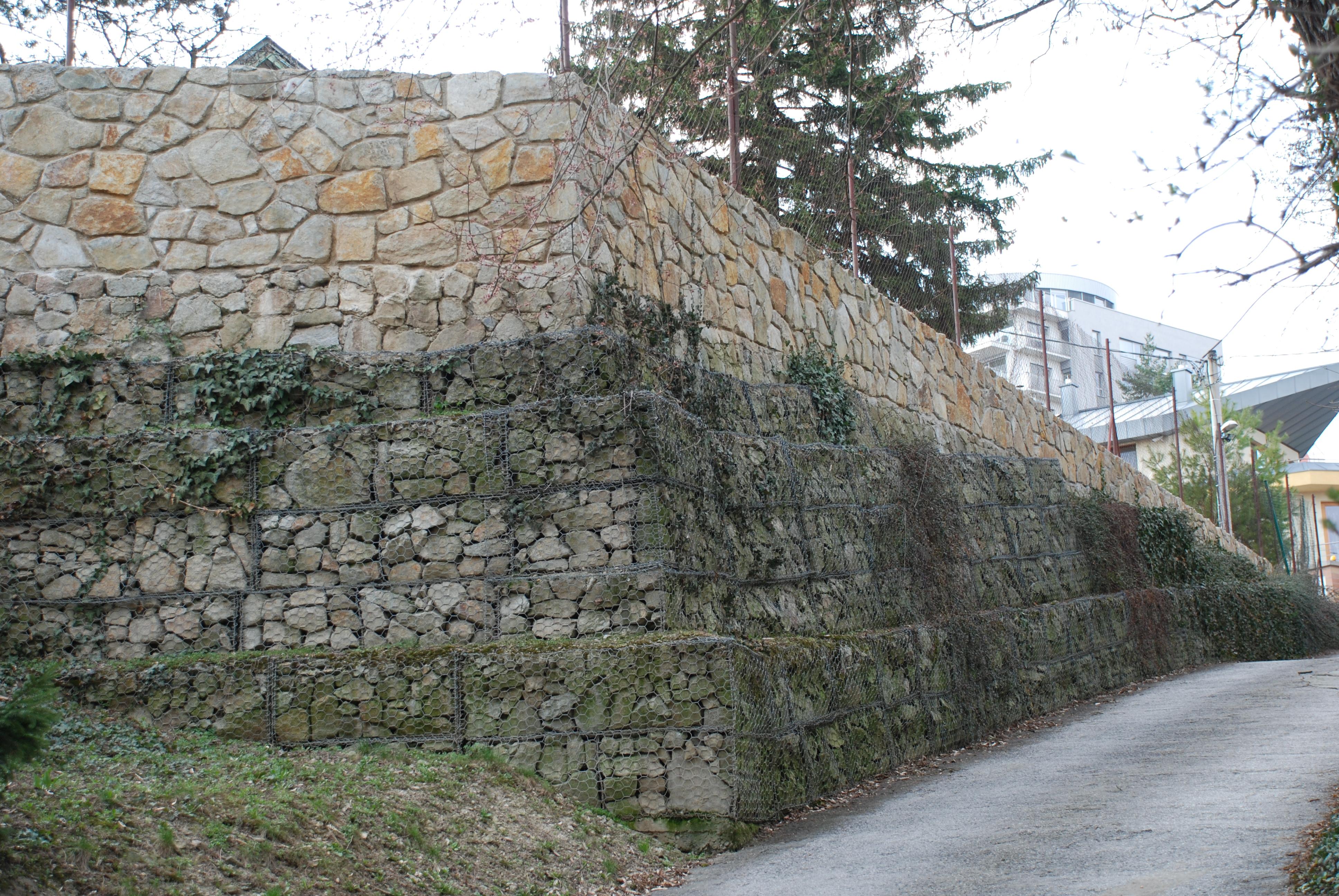 Bratislava Jurigrad (1 až 3 m vysoký oporný múr na vyrovnanie svahovitého pozemku po 20-tich rokoch)