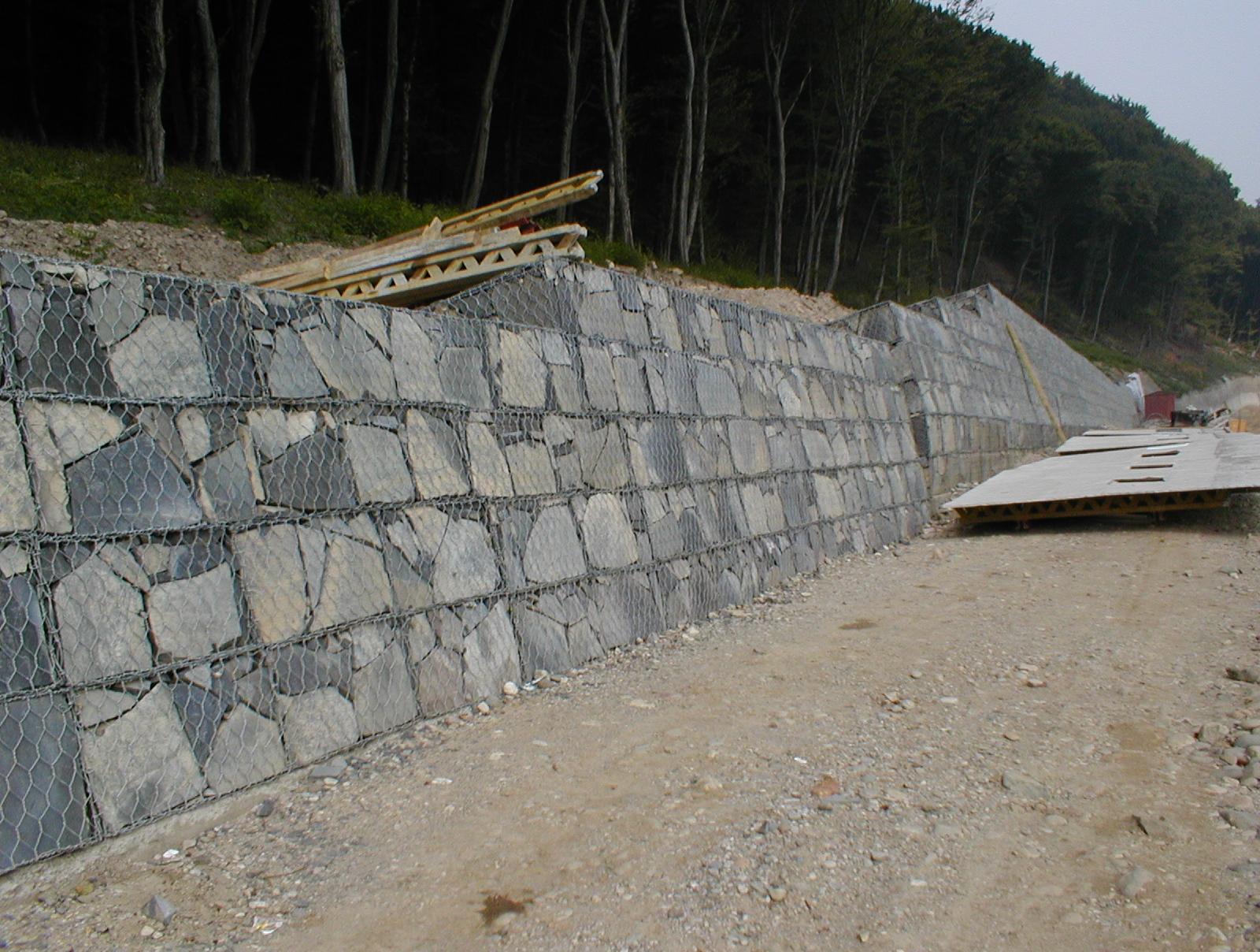 R1 Nová baňa-Žarnovica (oporný múr nad cestou tesne po dokončení)